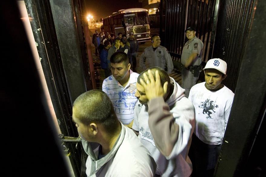 Un grupo de migrantes son deportados de Estados Unidos a México en el puerto de San Ysidro en Tijuana. (AP).