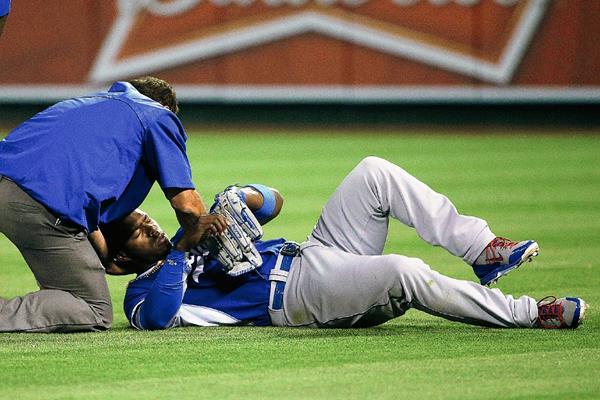 Yasiel Puig es atendido después de sufrir un choque con Howie Kendrick, en juego de preparación. (Foto Prensa Libre:AP)