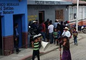 Vecinos entrgan a Andrés Castro Hernández en la estación de la PNC, en Joyabaj, Quiché. (Foto Prensa Libre: Héctor Cordero)