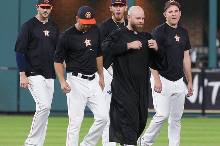 Los jugadores de los Astros realizaron toda una ceremonia. (Foto Prensa Libre: AFP)