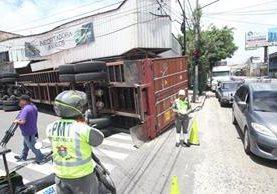 El tráiler volcó al intentar incorporarse a la 10a. avenida por la Calle Martí, zona 2. (Foto Prensa Libre: Erick Avila)