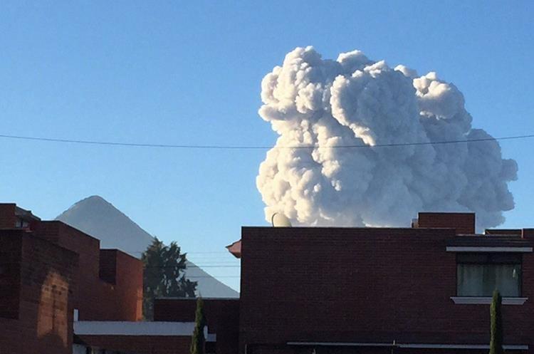 Explosiones moderadas y una fuerte han sido reportadas por el Insivumeh en el volcán Santiaguito.
