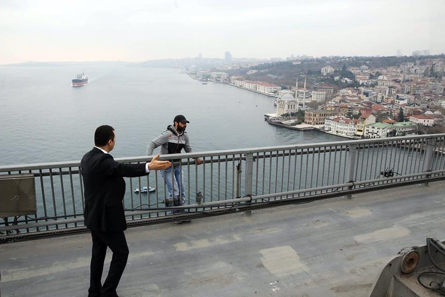 El hombre intentaba quitarse la vida cuando la comitiva presidencial pasaba por el lugar. (Foto Prensa Libre: AP).