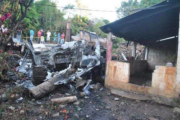 <p>Un cabezal arrastró cables del tendido eléctrico, luego se empotró contra una casa y prendió fuego. (Foto Prensa Libre: Oscar González)<br></p>