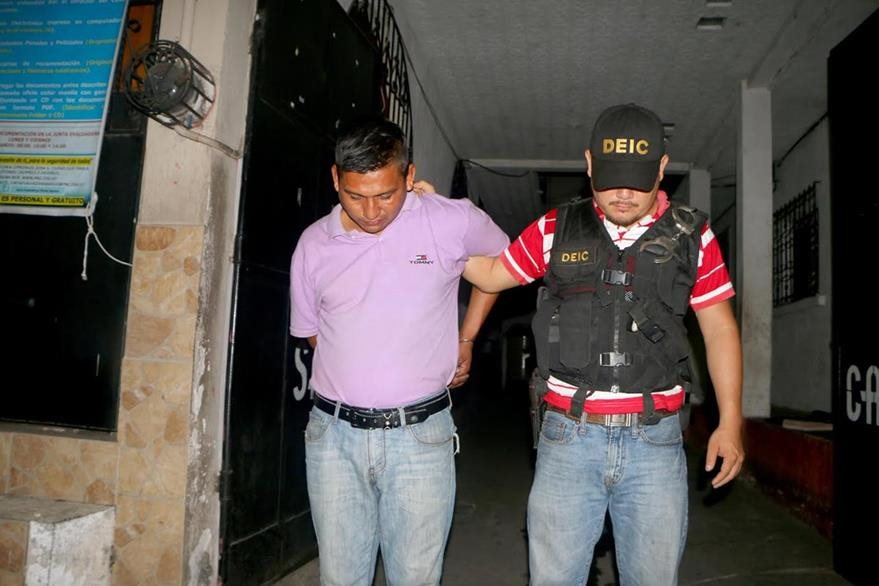 Pedro Isaías López tenía orden de captura por hurto agravado y fue aprehendido en Retalhuleu. (Foto Prensa Libre: Rolando Miranda)