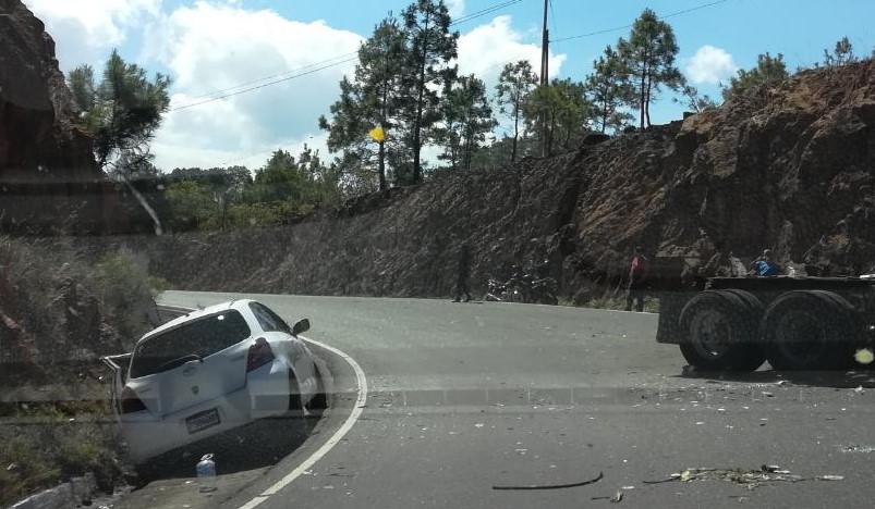 El vehículo accidentado quedó a la orilla de la carretera; mientras que el tráiler también resultó con severos daños a causa del accidente en la ruta a Chiquimula. (Foto Prensa Libre: Mario Morales).