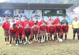 Integrantes del Deportivo Xejuyup, previo a un partido en la cancha de la aldea del mismo nombre. (Foto Prensa Libre: Ángel Julajuj)