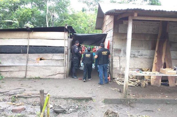 Fiscales del MP inspeccionan la vivienda donde ocurrió el hecho. (Foto Prensa Libre: Rigoberto Escobar)