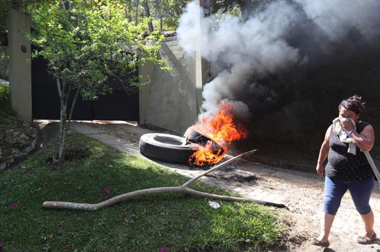 Los manifestantes quemaron llantas frente a la vivienda del concejal. (Foto Prensa Libre: Estuardo Paredes)