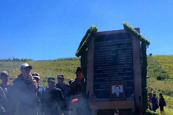 """<p>Miembros de diferentes organizaciones recuerdan a víctimas de enfrentamiento en Cumbre de Alaska, ocurrido el 4 de octubre del 2012. (Foto Prensa Libre: Édgar Domínguez)<br _mce_bogus=""""1""""></p>"""