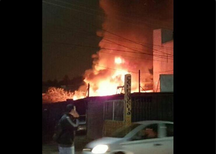 Varias motobombas acudieron al lugar de la emergencia. Foto Prensa Libre: Walter Hermosilla.