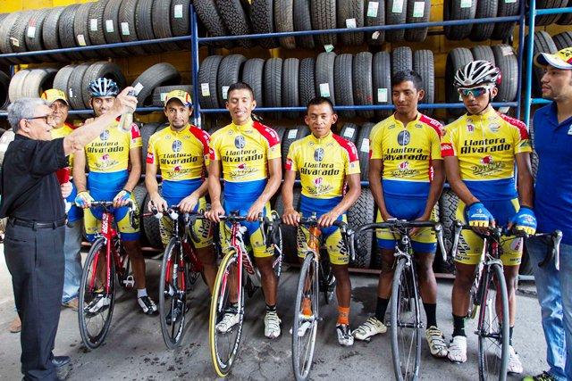 El equipo Llantera Alvarado es bendecido por el Monseñor, Juan Factor Muñoz Noriega. (Foto Prensa Libre: Norvin Mendoza)