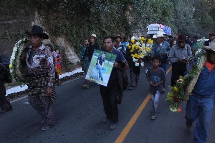Familiares y amigos le dieron el último adiós a Josué Álvaro Cuxulic, en Sololá. (Foto Prensa Libre: Ángel Julajuj)