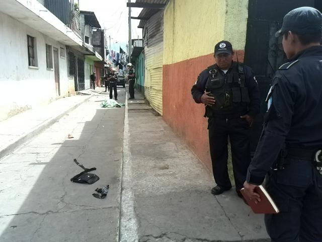 Bomberos Municipales acudieron al lugar para tratar de atender al hombre, pero murió por la gravedad de las heridas. (Foto Prensa Libre: Estuardo Paredes)