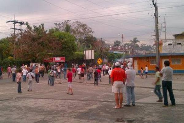 Vecinos de Malacatán, San Marcos, protestan por constantes cortes.