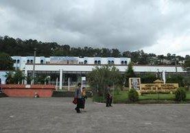 El hospital Nacional Pedro de Bethancourt seguirá atendiendo emergencias y practicando las cirugías pertinentes (Foto Prensa Libre: Hemeroteca)