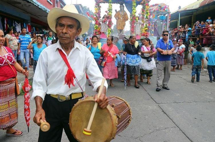 Un hombre toca el tambor que acompaña el sonido de la chirimía. (Foto Prensa Libre: Rolando Miranda)