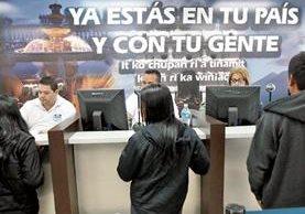 Guatemaltecos devueltos se registran ante las autoridades de la Dirección General de Migración al ingresar en el país en vuelos de deportados. (Foto Prensa Libre: Hemeroteca PL)