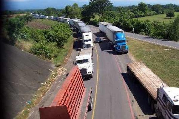 <p>La circulación de vehículos de carga pesada se restablecerá el 20 de abril. (Foto Prensa Libre: Archivo)</p>