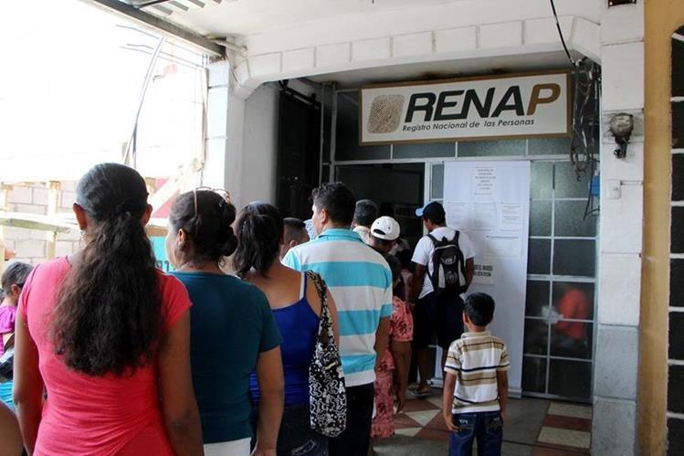 Los condenados se hacían pasar ante el Renap como los padres de los niños que luego daban en adopción. (Foto Prensa Libre: Hemeroteca PL)