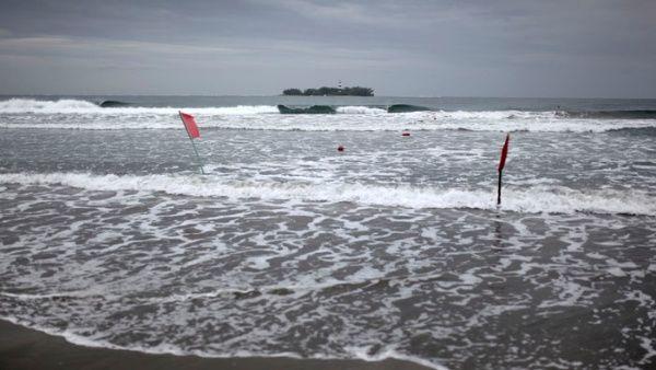 Banderas rojas advierten a los visitantes que se mantengan fuera del agua ante la llegada del huracán Franklin en la ciudad portuaria de Veracruz. (Foto Prensa Libre: AFP)