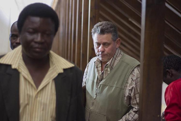 <em>El cazador profesional Theo Bronkhorst (d) fue quien dirigió la cacería en la que el estadounidense Walter James Palmer mató a Cecil, el león más famoso de Zimbabue. (Foto Prensa Libre: EFE).</em>