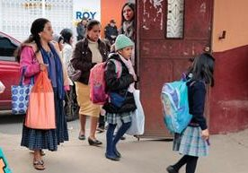 Actos cívicos y precariedades dan la bienvenida a niños.