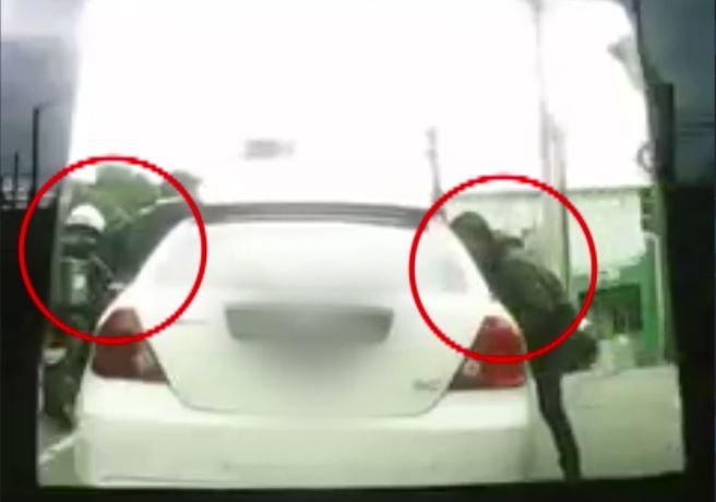 Momento en que un automovilista es asaltado en la 24 calle y Avenida Bolívar, zona 1. (Foto Prensa Libre: Twitter).