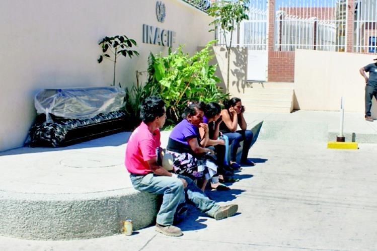 Familiares de las víctimas esperan los cadáveres, frente a la morgue de la cabecera de Jutiapa. (Foto Prensa Libre: Óscar González)