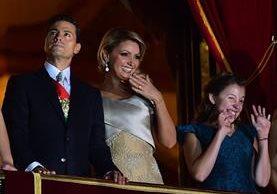 El presidente de México, Enrique Peña Nieto, junto a su esposa, Angélica Rivera, en un acto oficial en el 2015. (Foto Prensa Libre: AFP).