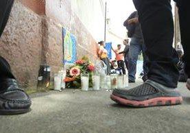 Familias esperan en la morgue de Inacif que les entreguen el cuerpo de sus hijas. (Foto Prensa Libre: Carlos Hernández)