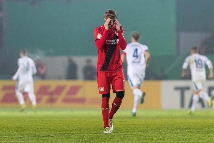 Stefan Kiebling no puede creer que su equipo haya quedado eliminado de la Copa. (Foto Prensa Libre: EFE)