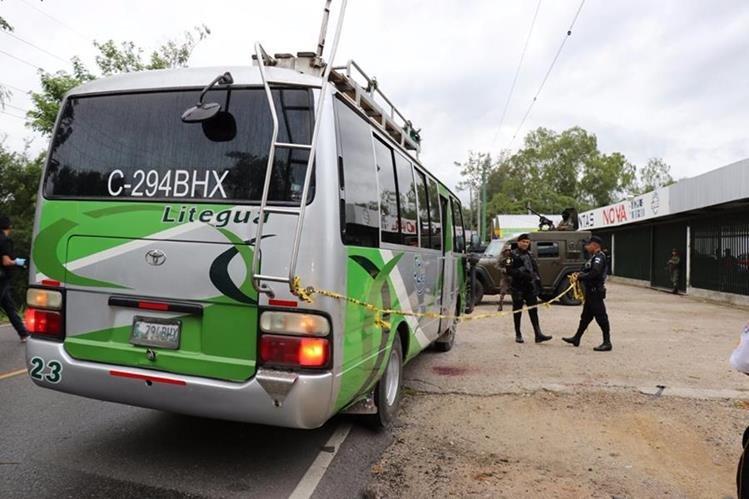 El ataque armado ocurrió en el interior de un bus de la empresa Litegua, que viajaba hacia Chiquimula. (Foto Prensa Libre: Mario Morales)