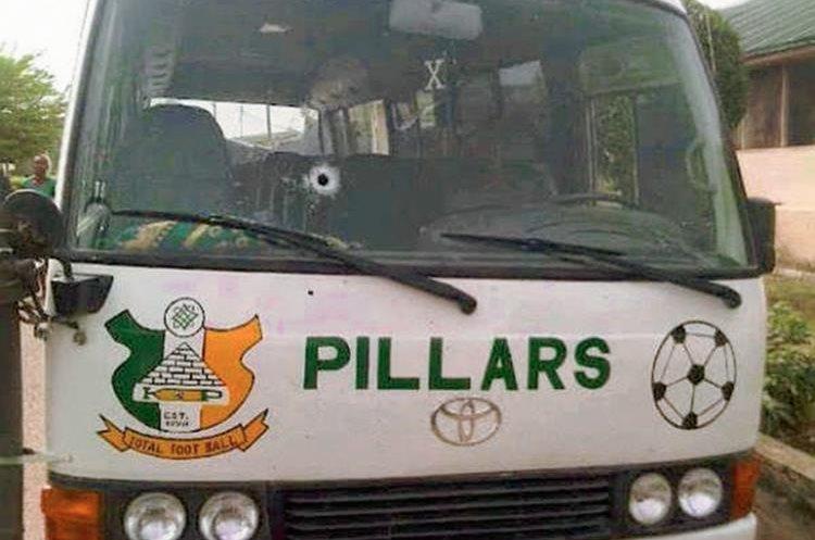 El piloto del autobús tuvo que frenar la marcha del mismo, tras el disparo de los asaltantes. (Foto Prensa Libre: Twitter)