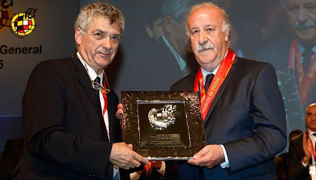 El presidente de la Real Federación Española de Futbol, Ángel María Villar, entrega a Vicente del Bosque la Medalla de Oro de su federación. (Foto Prensa Libre: Real Federación Española)