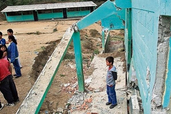 <p>Algunas escuelas que han reportado daños por circunstancias distintas al terremoto no han sido reparadas desde hace años.</p>