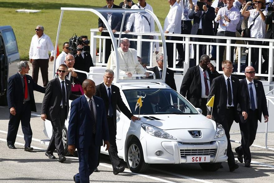 Agentes de seguridad acompañan en todo momento al Papa en sus desplazamientos. (Foto Prensa Libre: EFE).