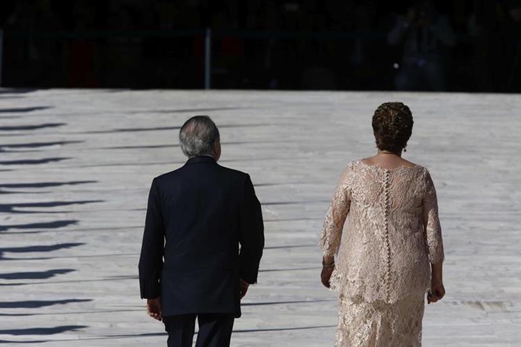 Imagen del 1 de enero del 2015 durante la investidura de la presidenta Dilma Rousseff (der.), junto al actual presidente interino Michel Temer. (Foto Prensa Libre: EFE).