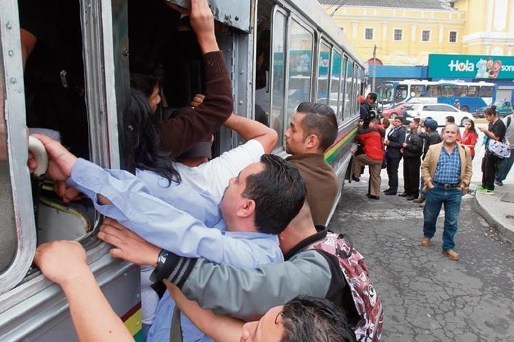 Vendedores y usuarios del transporte colectivo de pasajeros urbano y extraurbano son afectados por grupos de extorsionistas en la capital. (Foto Prensa Libre: Hemeroteca PL)