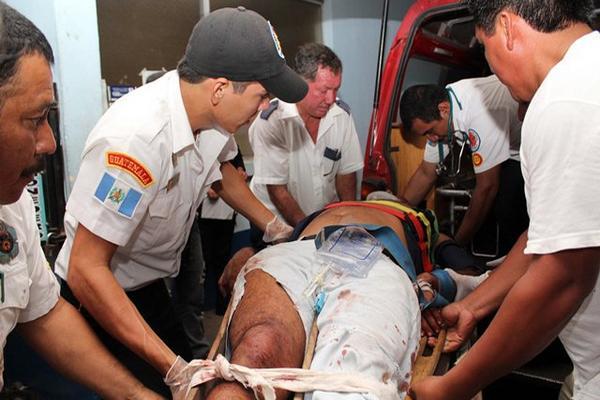 <p>Bomberos trasladan a los heridos a un hospital. (Foto Prensa Libre: Rolando Miranda)<br></p>