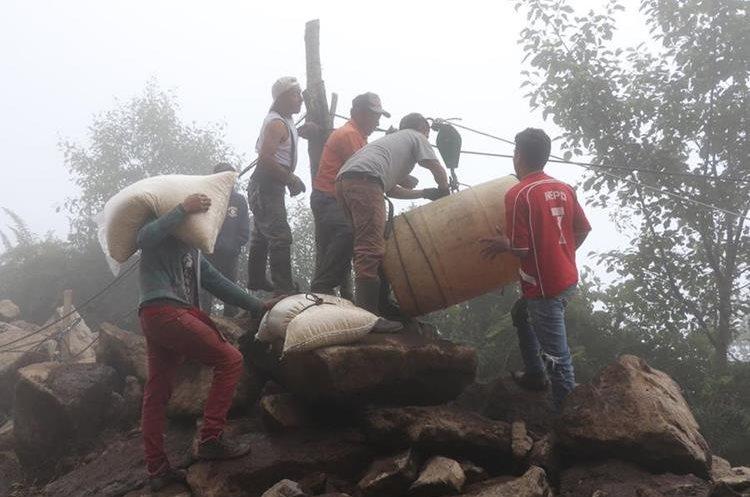 Un derrumbe de grandes proporciones obstaculiza el ingreso a Sibinal, cuyos comerciantes se las ingenian para trasladar productos.