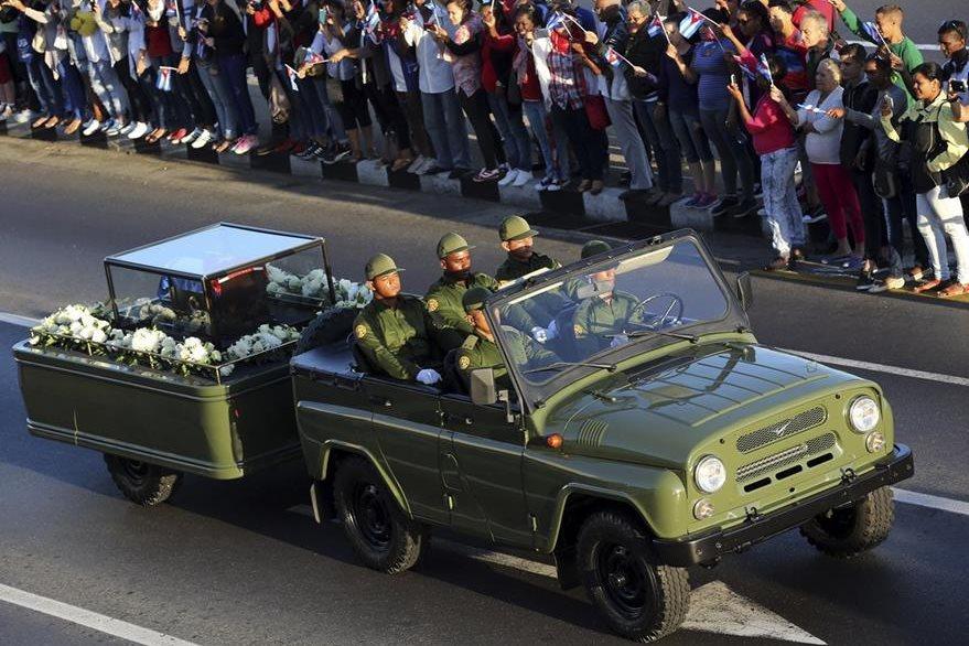 Una carroza militar traslada los restos del líder revolucionario cubano, Fidel Castro. (Foto Prensa Libre: EFE).