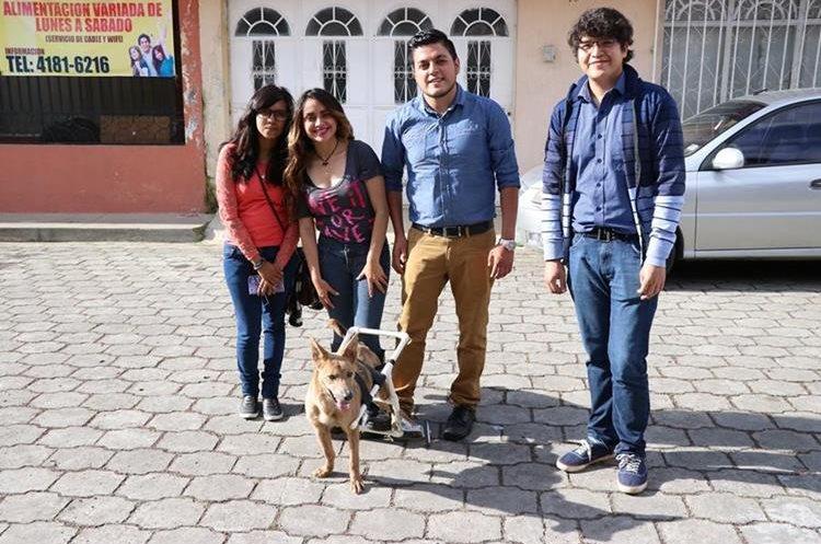 El grupo de voluntarios junto a Body, la perrita callejera que rescataron. (Foto Prensa Libre: María José Longo)
