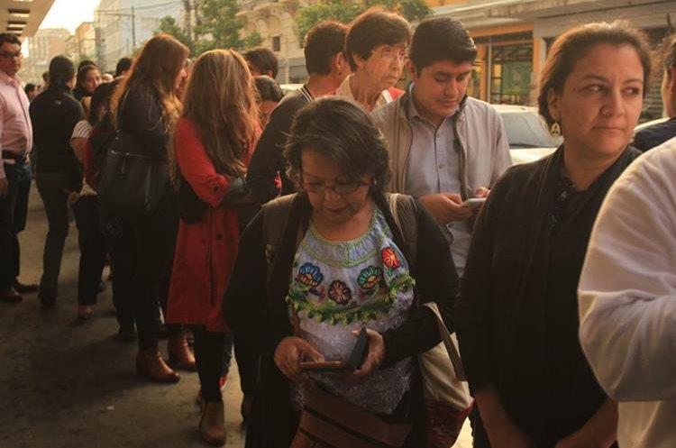 Cientos de personas esperaron varias horas en fila con la esperanza de poder ver el documental este martes. (Foto Prensa Libre: Anna Lucía Ibarra).