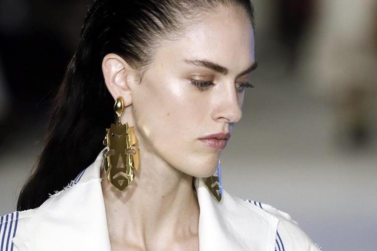 Las modelos lucen inexpresivas en la pasarela. (Foto Prensa Libre: EFE)