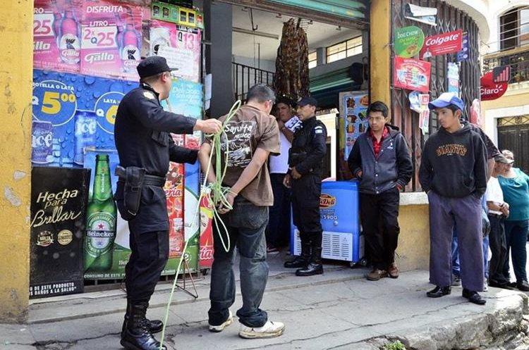 Luego de que fue detenido, el hombre fue dejado en libertad ya que no había cometido ningún delito. (Foto: Prensa LIbre: @stereo100xela)