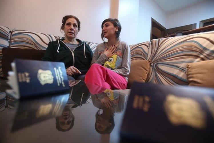 Josephine Abu Assaleh (a la izq.) habla con su sobrina en Damasco después de ser rechazado su ingreso a EE. UU. (Foto Prensa Libre: AFP).