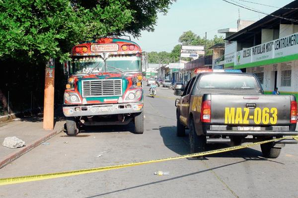 La PNC acordona  la escena del crimen, en  donde murió un piloto en Mazatenango, Suchitepéquez. (Foto Prensa Libre: Omar Méndez)