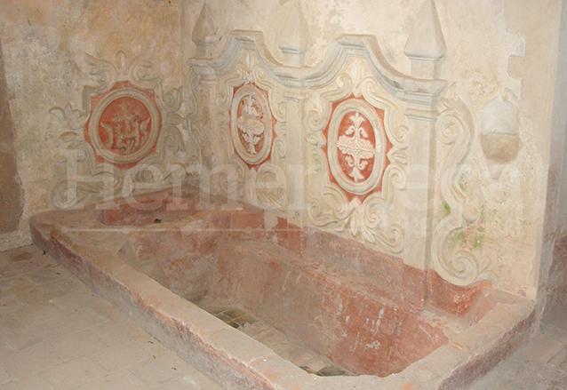 Bañera decorada con tres medallones de estuco en el Convento de Concepción. (Foto: Hemeroteca PL)