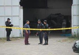 La Policía acordona el lugar donde fue encontrado el cuerpo del guardia privado. (Foto Prensa Libre: Érick Ávila)